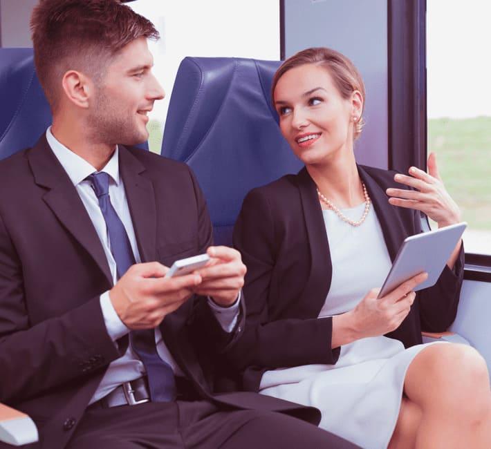 uomo e donna seduti su un treno