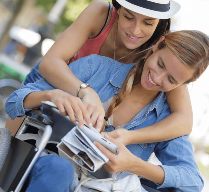 ragazza in sedia a rotelle con amica